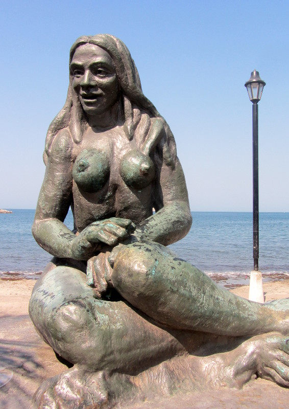 Bronze statues along the sea side promenade.