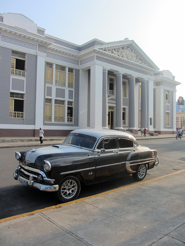 The typical Cuban car tourist photo